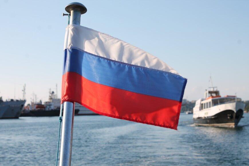Bandera de Rusia con el mar de fondo
