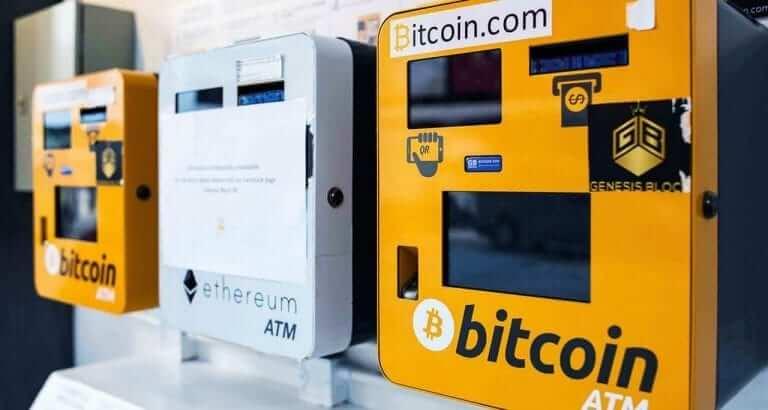 Imagen en la que se ve varios cajeros para Bitcoin