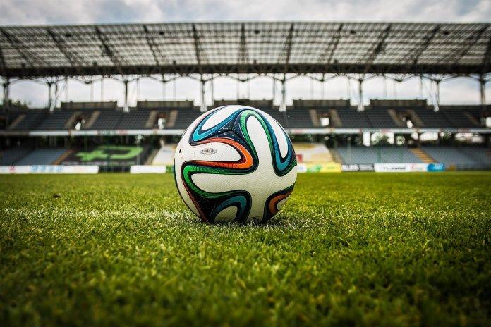 Imagen de una pelota en un campo de futbol