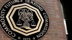 Logo d ela CFTC en una pared de ladrillo