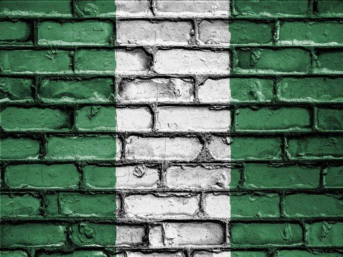 Muro con la bandera de Nigeria plasmada